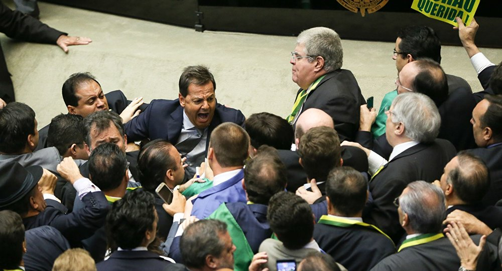 Confusão marca início da sessão de votação do impeachment na Câmara dos Deputados
