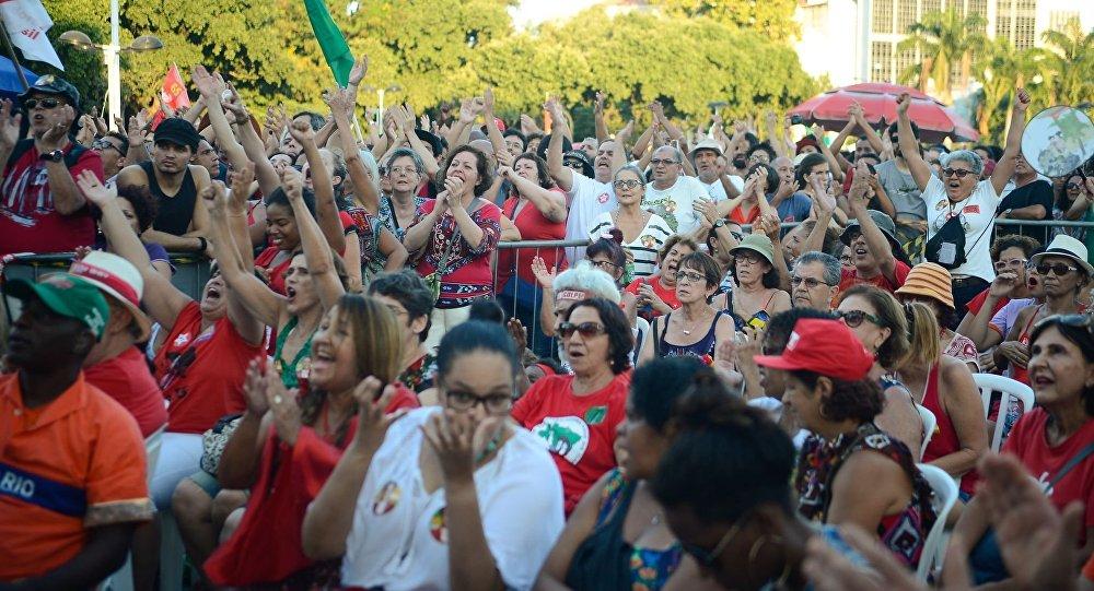 Manifestantes contra o impeachment se reúnem nos Arcos da Lapa, para assistirem a votação do processo de impeachment da presidente Dilma Rousseff