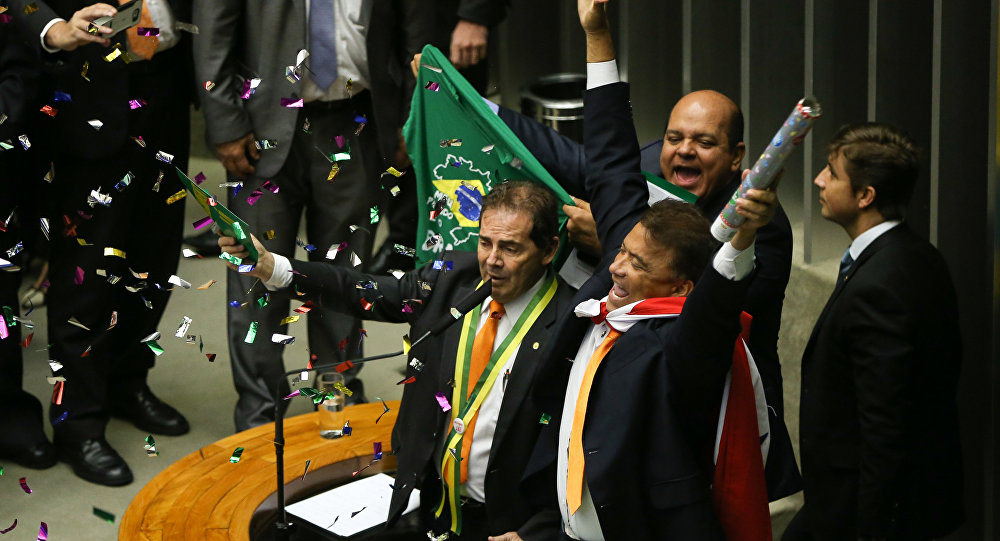 Paulinho da Força canta no plenário pedindo o impeachment de Dilma Rousseff