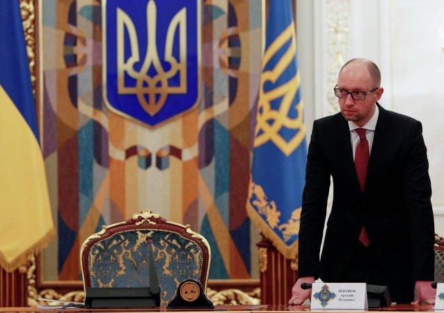 O primeiro-ministro da Ucrânia Arseny Yatsenyuk chega para a reunião do Conselho de Segurança em Kiev 4 de novembro de 2014