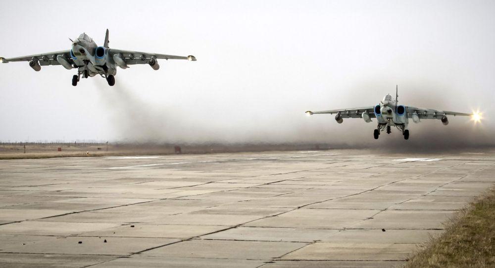 Caças Su-25 durante decolagem