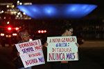Manifestantes pró-democracia carregam cartazes que dizem Democracia sempre mais! Ditadura nunca mais! e A nova geração grita: Ditadura nunca mais! durante o ato de 1 de abril de 2015 em Brasília
