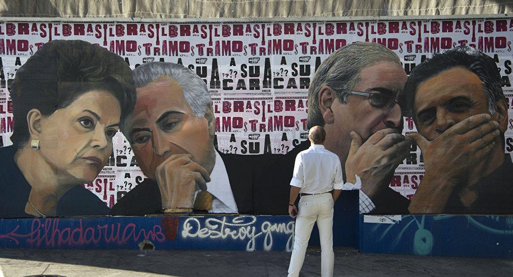 A imagem de Eduardo Cunha, Aecio Neves, Dilma Rousseff e Michel Temer na muralha na Avenida Paulista, Brasil 19 de abril de 2016