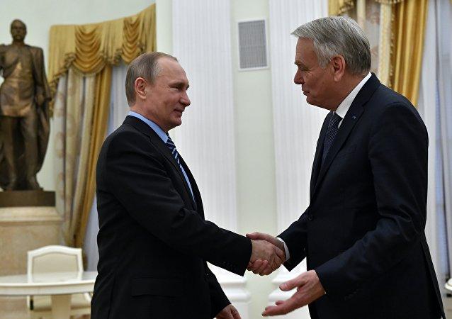 Presidente da Rússia, Vladimir Putin, cumprimenta o ministro das Relações Exteriores da França, Jean-Marc Ayrault, no Kremlin, Moscow, 19 de abril, 2016
