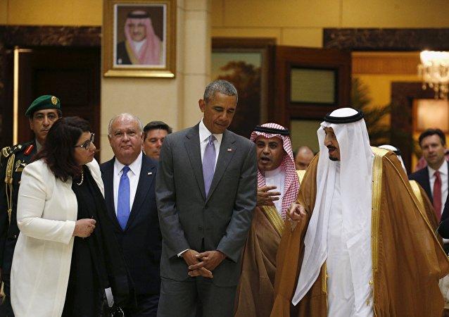 Presidente dos EUA Barack Obama conversa com o rei saudita Salman bin Abdulaziz, durante visita à Arábia Saudita