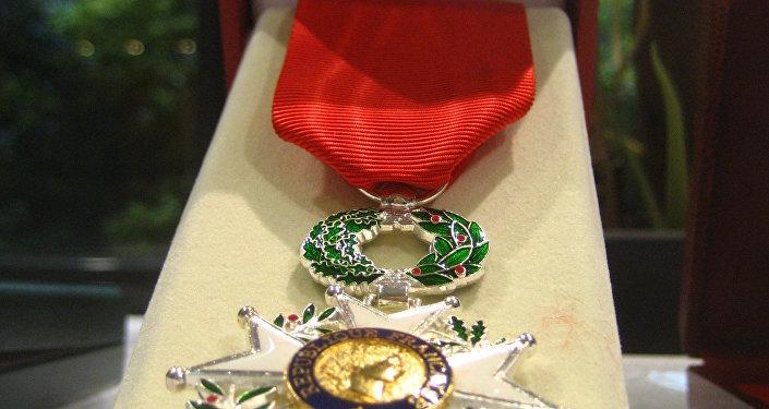 A família de herói russo Prokhorenko recebeu as condecorações da França.