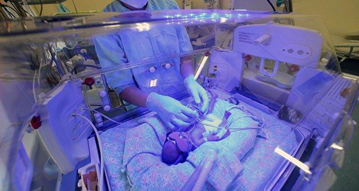 Uma criança no centro perinatal