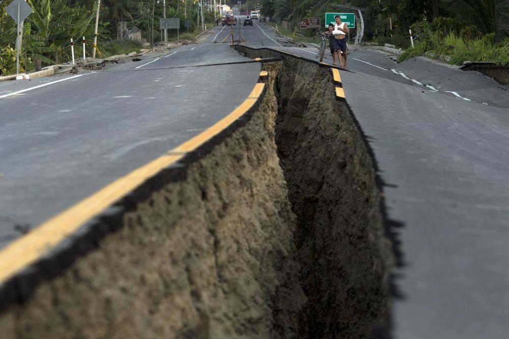 Uma estrada no Equador rachada ao meio após o terremoto