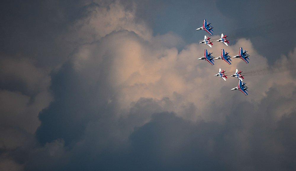 Manobra conjunta dos grupos de aviação, nos ensaios para a Parada da Vitória