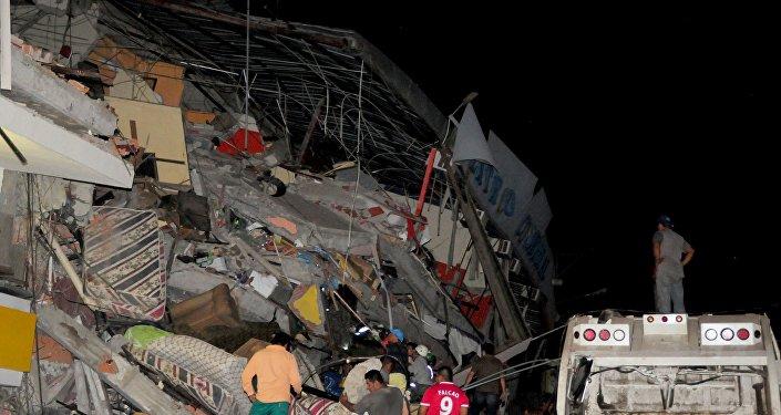 Prédio totalmente destruído pelo terremoto que atingiu Equador em 16 de abril de 2016