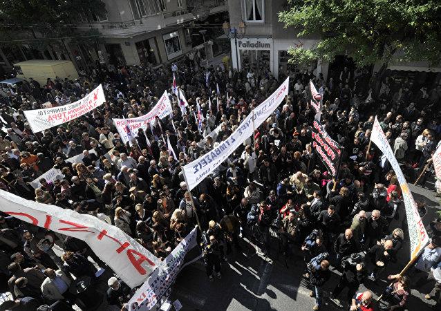 Jornalistas da Grécia participam nos protestos contra austeridade em Atenas