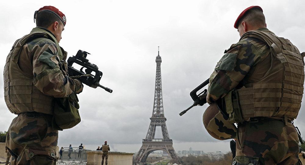 Paraquedistas do exército francês patrulham a área perto da Torre Eiffel em Paris