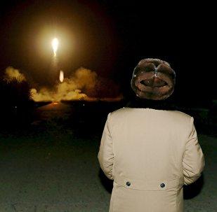 Líder da Coreia do Norte, Kim Jong Un, vâ lançamento de foguete (foto de arquivo)
