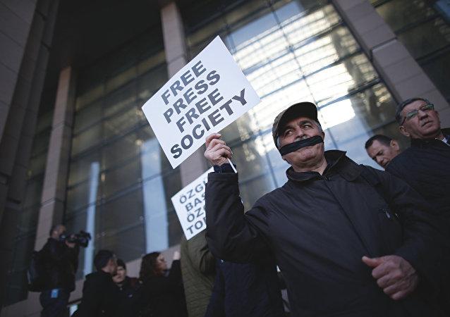 Jornalistas turcos cobrem a boca