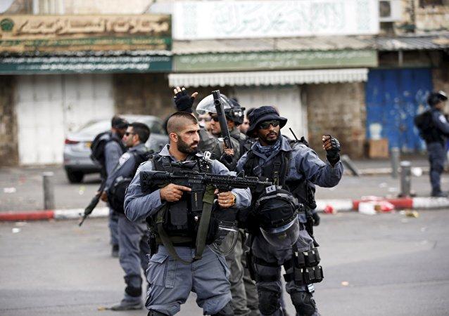 Policiais israelenses patrulhando as ruas de Jerusalém