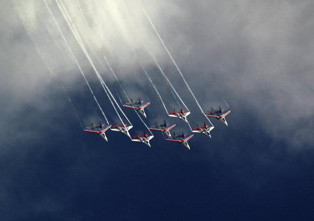 Voo conjunto dos Cavaleiros Russo e dos Swifts no evento Common Sky