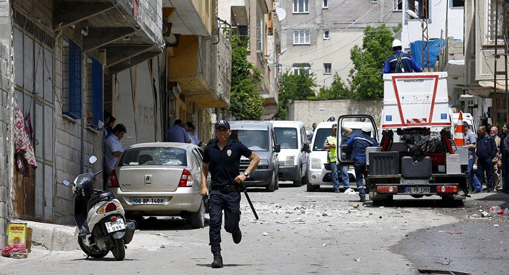 Policial na cidade de Kilis, na Turquia, após dois foguetes atingirem a cidade em 24 de abril de 2016