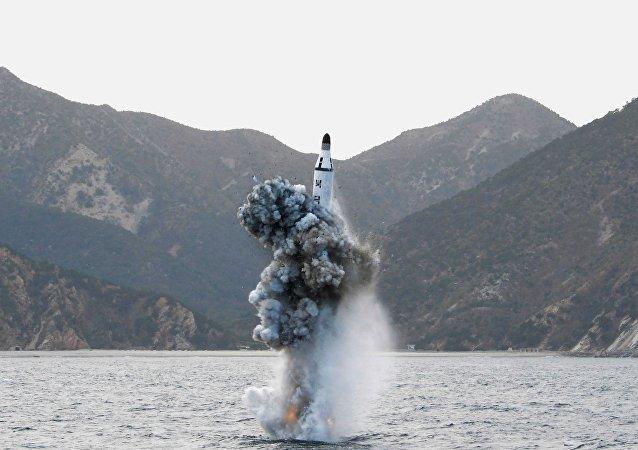 Míssil norte-coreano lançado do submarino (foto de arquivo)