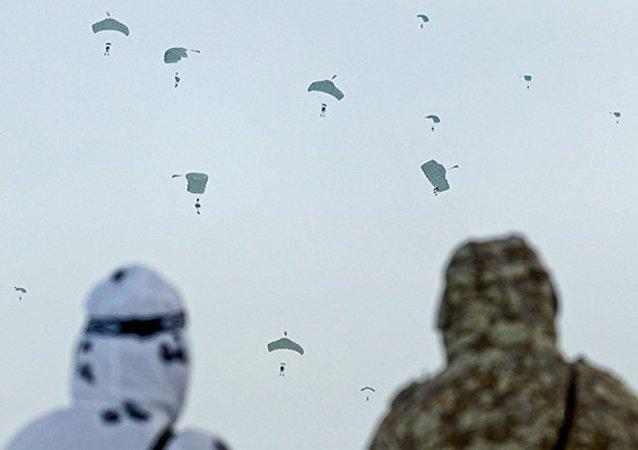 Paraquedistas russos descem sobre o Polo Norte