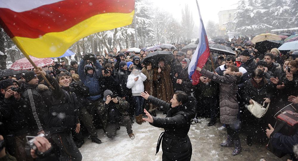Manifestantes em Tskhinvali, capital da Ossétia do Sul