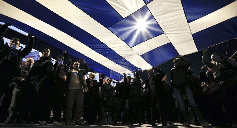 Protestantes erguem bandeira da Grécia
