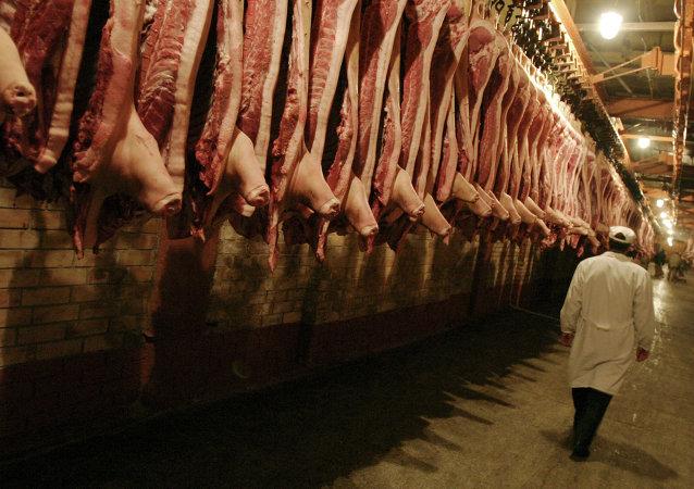 Carcaças de carne no frigorífico (foto de arquivo)