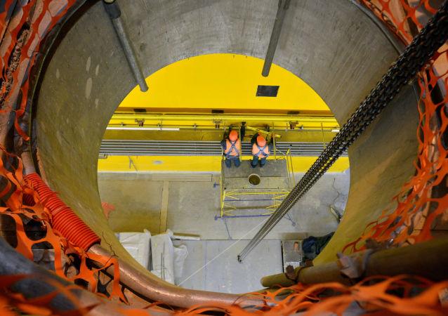 Dois funcionários em uma instalação de armazenagem de combustível irradiado «a seco» perto da usina nuclear de Chernobyl