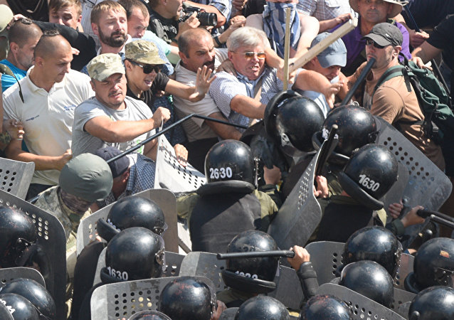 Participantes de protestos perto de edifício de Suprema Rada durante confrontos com forças policiais em Kiev, Ucrânia, agosto de 2015