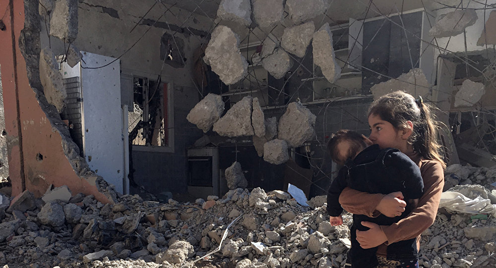 Uma criança curda perto da sua casa destruída na cidade de Cizre