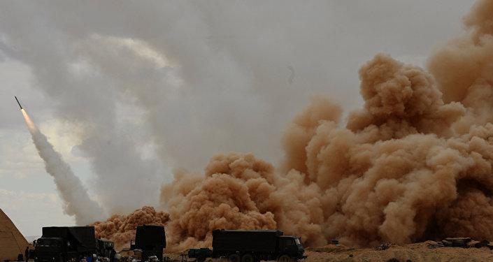 Sistemas de artilharia Uragan do Exército sírio perto de Palmira, Síria, março de 2016
