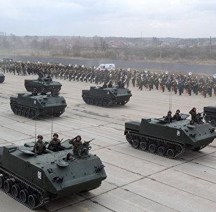 Veículos blindados de trasporte de pessoal BTR-MDM Rakushka durante os treinamentos para a parada militar no Dia da Vitória, Alabino, arredores de Moscou, Rússia, abril de 2016