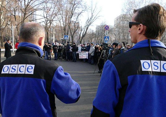 Funcionários da OSCE durante monitoramento da situação em Donetsk (arquivo)