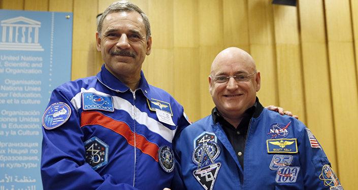 Cosmonauta da Roscosmos Mikhail Kornienko e astronauta da NASA Scott Kelly posam juntos