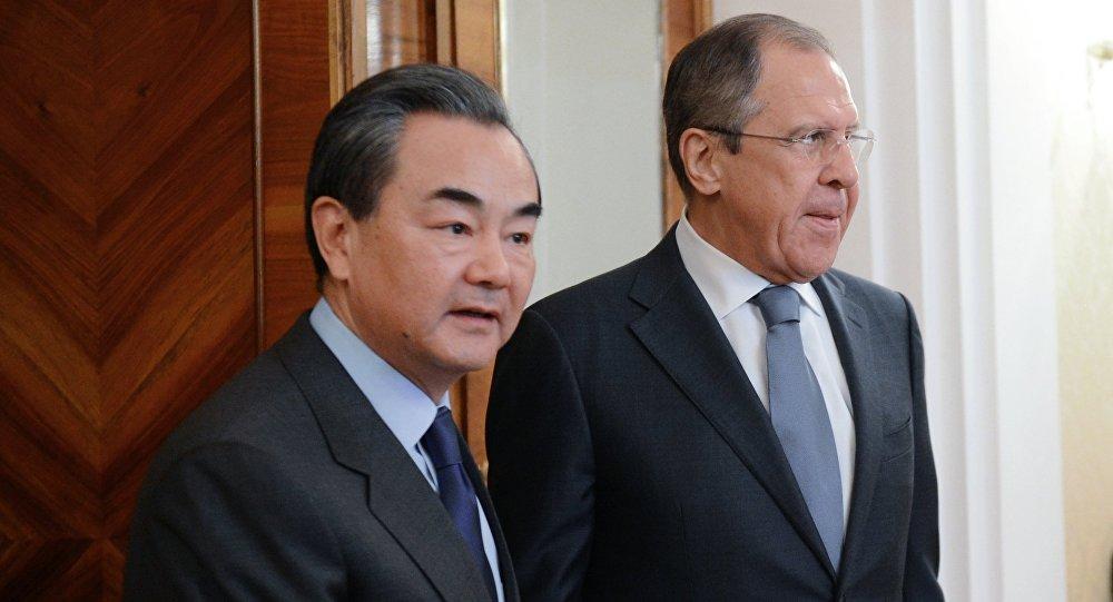 O Chanceler russo Sergei Lavrov e o seu homólogo chinês Wang Yi