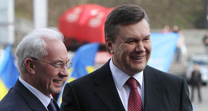 Foto de arquivo: o então primeiro-ministro da Ucrânia Nikolai Azarov (à esquerda) e o presidente da Ucrânia Viktor Yanukovich antes da XII reunião do Partido das Regiões em Kiev