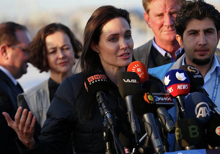 Angelina Jolie, atriz americana e embaixadora do ACNUR, visita o campo de refugiados iranianos em Khanke, em 25 de janeiro de 2015.