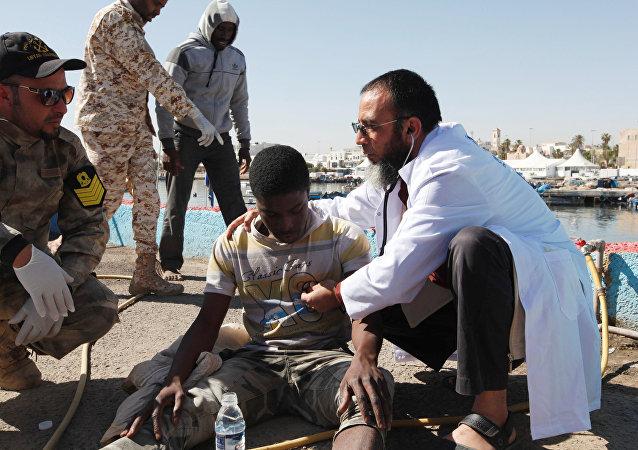 Imigrantes recebem atendimento médico em um porto em Trípoli