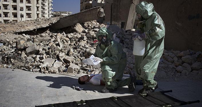 Voluntários em simulação sobre como reagir a ataque químico em Aleppo (arquivo)