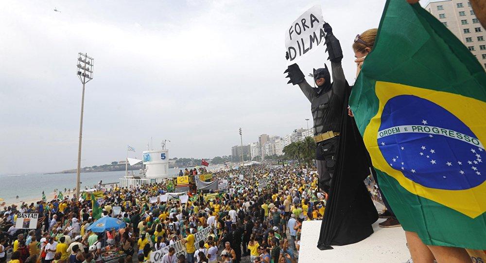 Manifestante vestido de Batman protesta contra a presidenta Dilma Rousseff