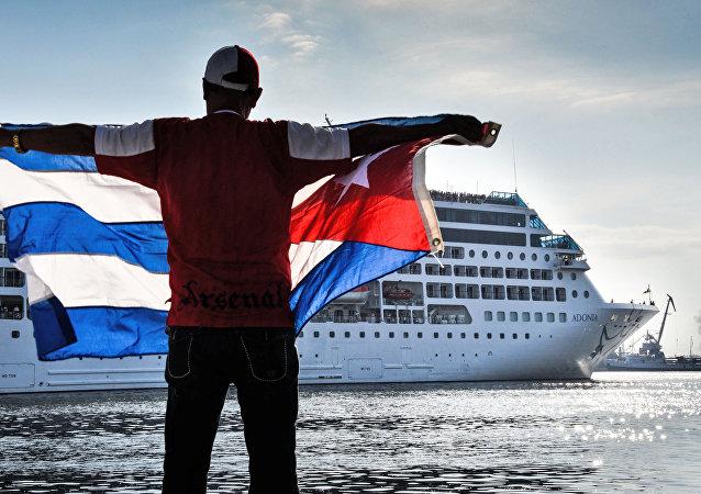Moradores de Havana recebem com festa volta dos turistas americanos