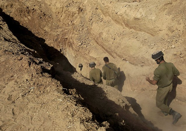 Soldados israelenses entram em túnel descoberto na fronteira entre Israel e Faixa de Gaza
