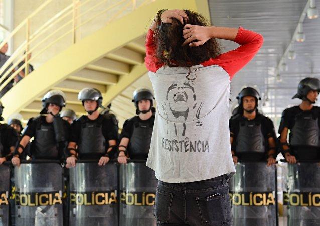 Estudantes resistem à invasão da Tropa de Choque da PM de São Paulo na escola ocupada Centro Paula Souza (foto de 2 de maio de 2016)