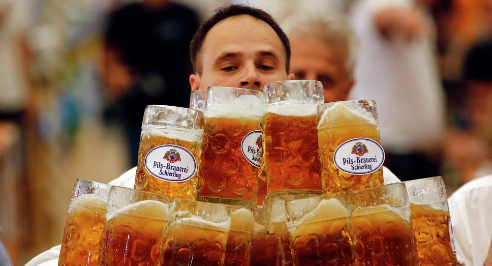 Alemão tenta bater recorde de carregamento de canecas de cerveja (foto de arquivo)