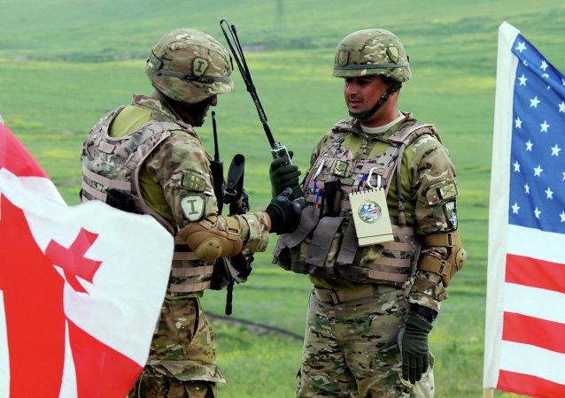 Militares dos EUA e da Geórgia durante exercícios militares conjuntos Noble Partner 2016