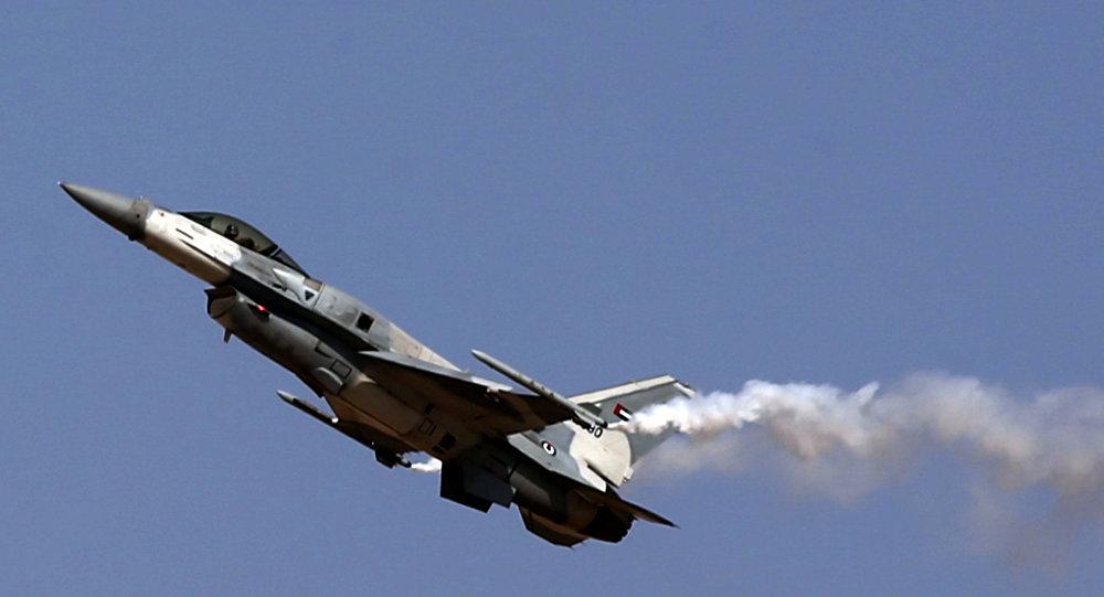 Caça F-16 feito nos EUA durante o Show Aéreo de Dubai, Emirados Árabes Unidos, november de 2015