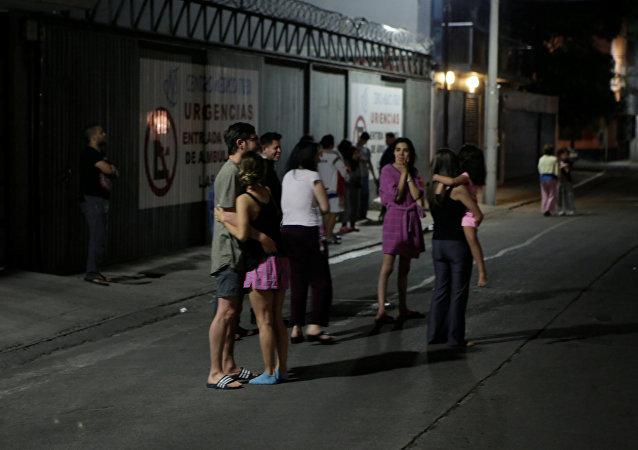 Pessoas após o terremoto que ocorreu na cidade de México, 8 de maio, 2016