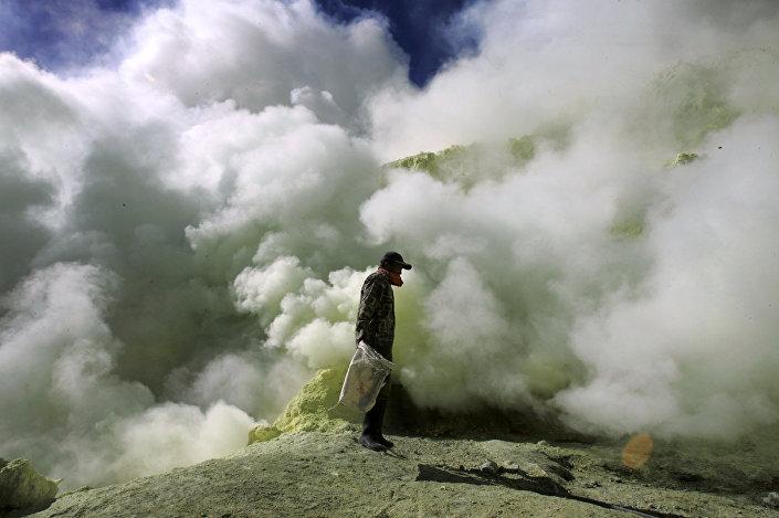 O vapor tóxico do vulcão ativo de Ijen, Java, Indonésia