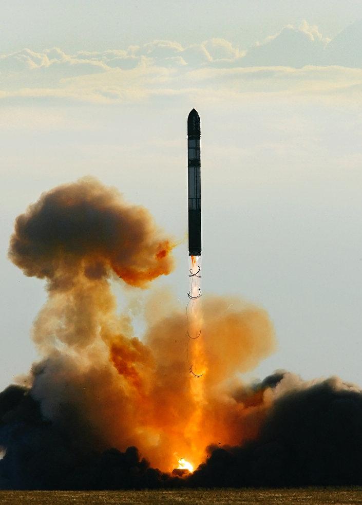 O Lançamento de míssil intercontinental balístico RS-20 Voyevoda
