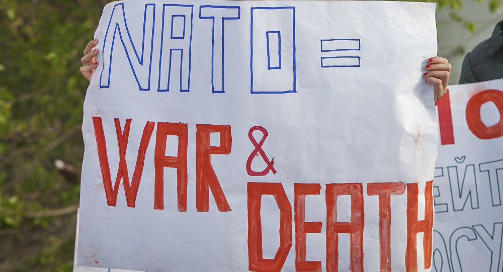 Ativistas com cartazes anti-OTAN