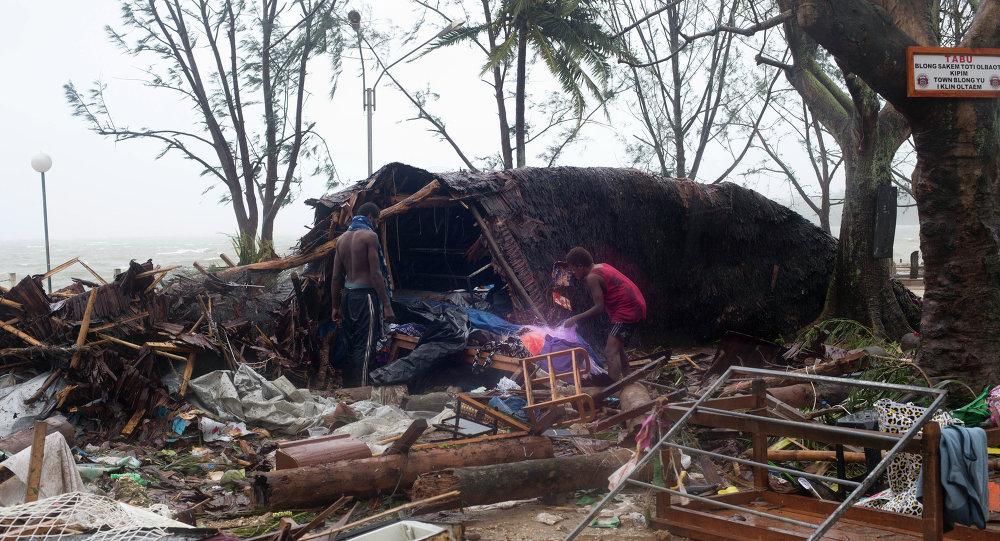 Moradores nos escombros em Vanuatu